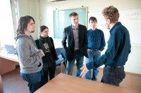 Дмитрий Вадимович Луцив, ст. преподаватель кафедры системного программирования СПбГУ, беседует с организаторами соревнования CTF
